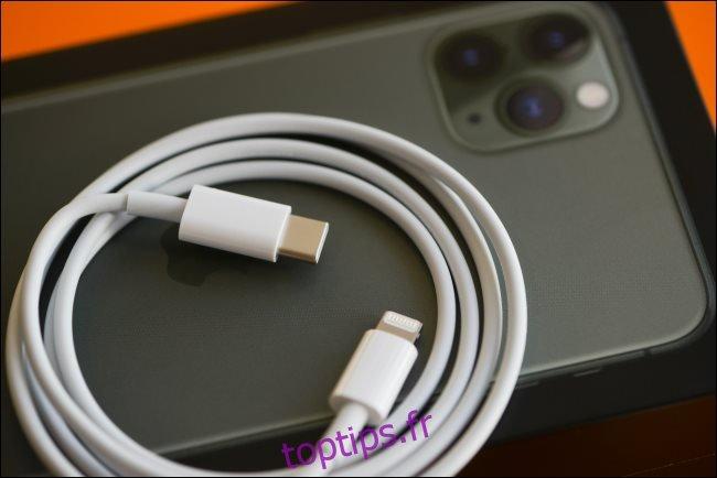 Un câble de charge rapide Lightning vers USB-C reposant sur un iPhone 11.